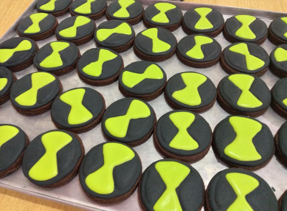 Round sugar cookies with Ben 10 logo